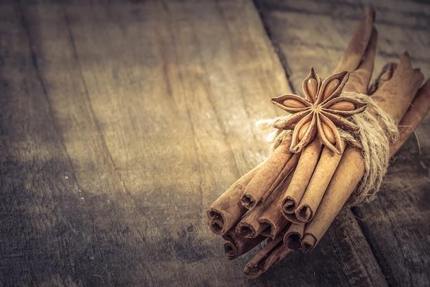 シナモンスティックと木製のテーブル上のスターアニス