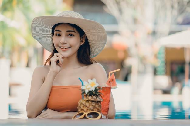 ビキニを持つ女性は夏休みを楽しむ