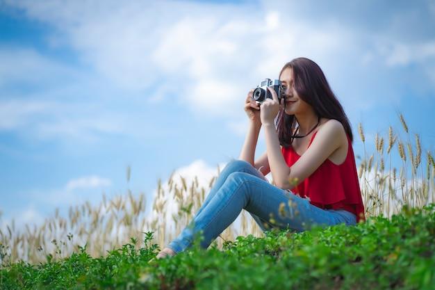 大麦田んぼの女性旅行者。