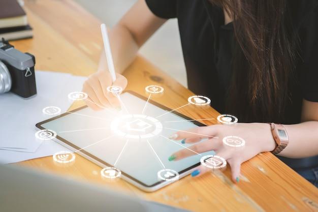 社会的なインターネットのアイコンを持つスマートフォンを使用しての女性。オンラインモバイルテクノロジーを備えたモダンでスマートなライフスタイル。
