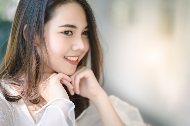 美肌、髪、顔を持つ魅力的なアジアの女性の肖像画。