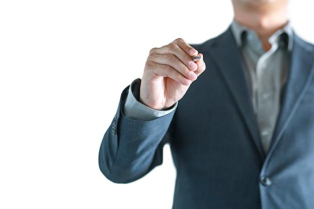 Закройте вверх действия руки бизнесмена с ручкой и писать что-то изолированное на белой предпосылке.