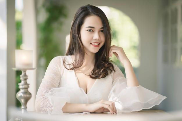 美肌、髪と顔を持つ魅力的なアジアの女性の肖像画。健康な肌と顔のケアの概念。