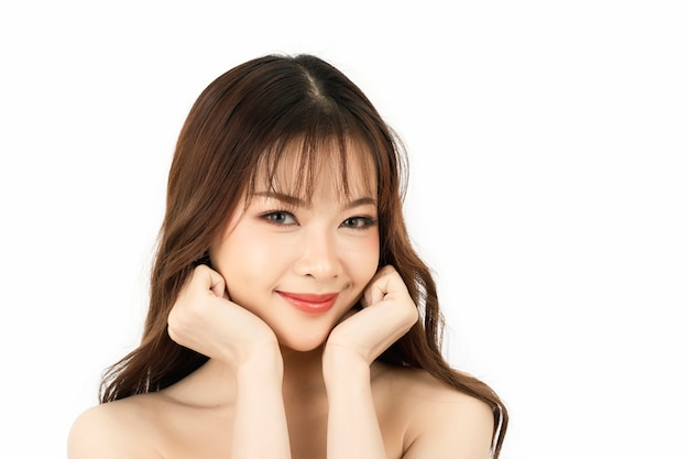 美肌と顔を持つ魅力的な若い女性の肖像画健康な肌と顔のケアの概念。