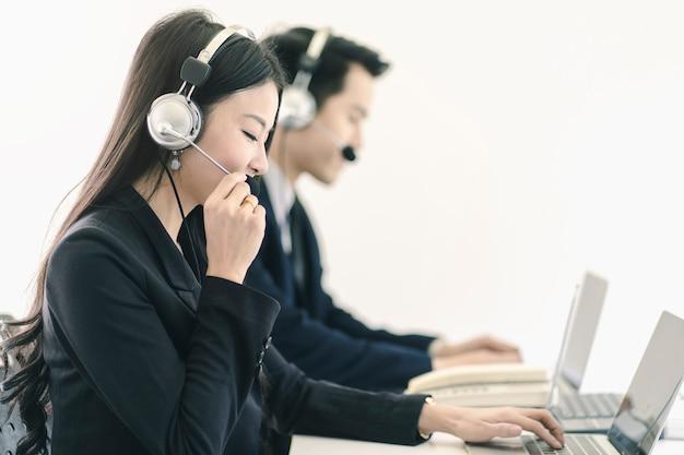 Группа сотрудников отдела обслуживания клиентов телемаркетинга в колл-центре