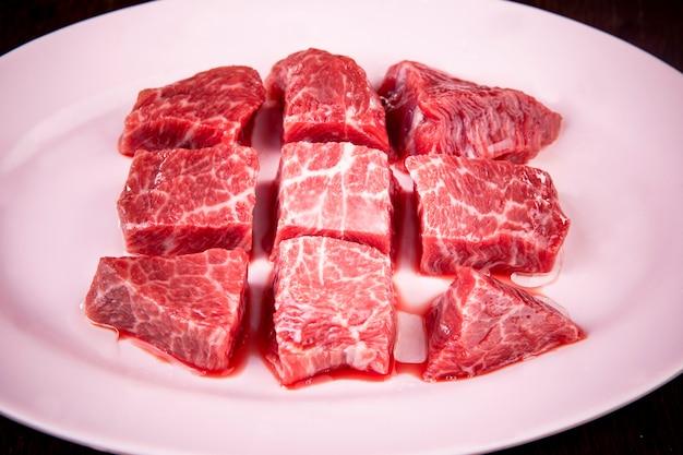 良質の生牛肉の塊を皿に準備します