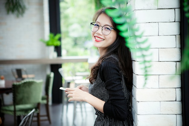美しいアジアの若い女性の幸せの感情の歯を見せる笑顔