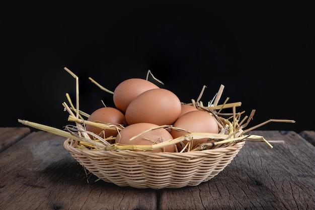 わらの上に鶏の卵