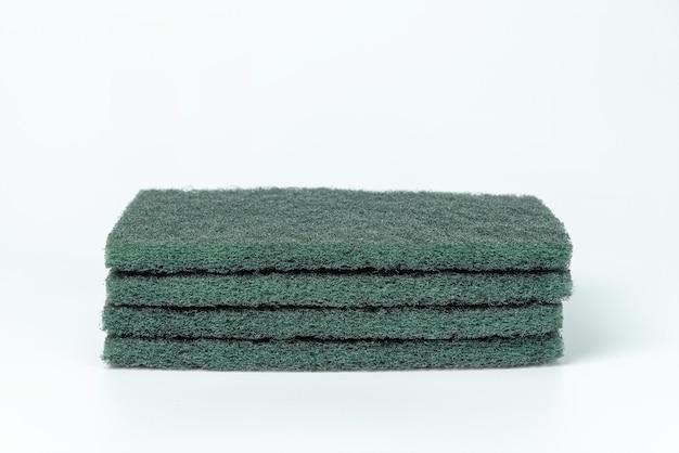 分離された緑の食器洗いスポンジ