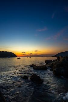 船が停まっている夕方の海