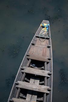 Старая деревянная лодка в канале