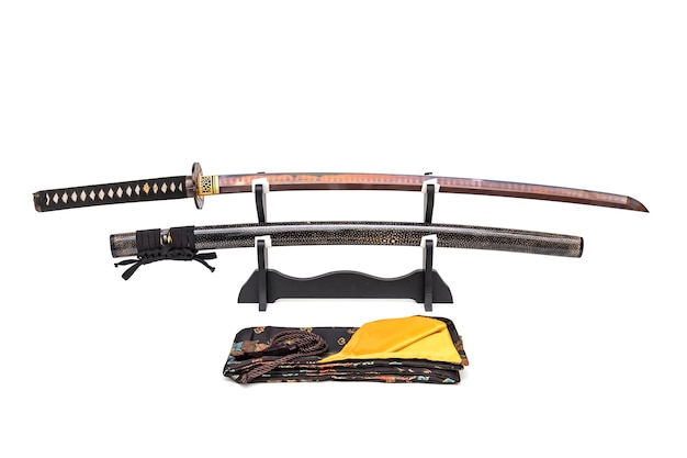 Японский меч с красным клинком и кожаными ножнами