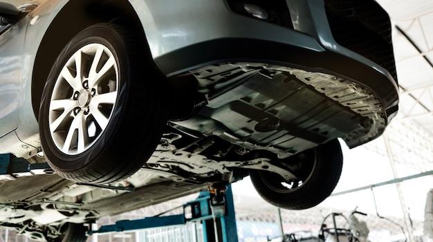 Автомобиль на подъёмной машине на сто. услуги по ремонту и обслуживанию.