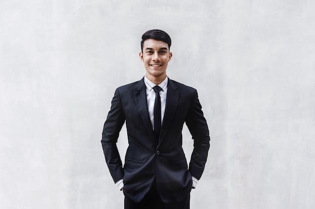 黒のフォーマルスーツで幸せなビジネスマンの肖像画。