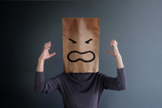 顧客体験または人間の感情概念。女性の怒りの感情