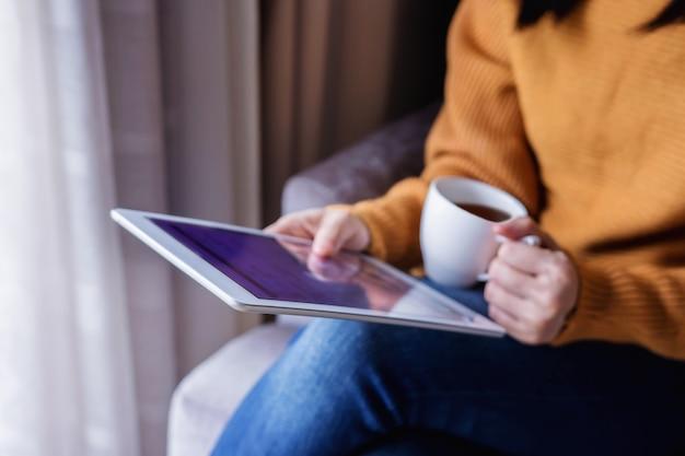 読書の概念。若い、女、タブレット、飲むこと、コーヒー