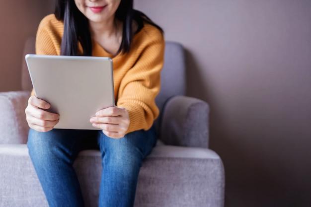 読書の概念。若い、女、タブレット、リラックス、ソファ