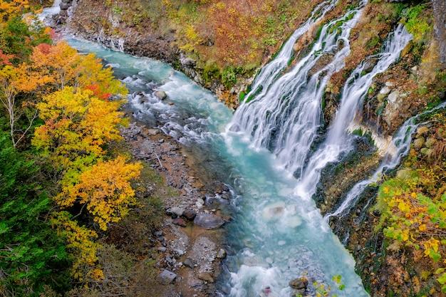 白い滝の秋と秋の季節、北海道、日本