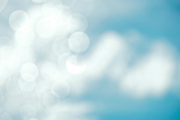 青い空と晴れた日にボケ味と才能のある照明で雲