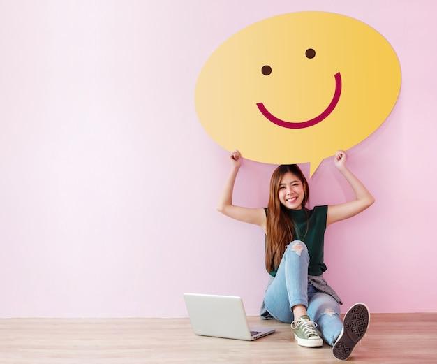 幸せな顧客のコンセプト。彼女の経験をレビューし、フィードバックする