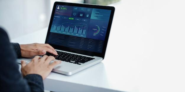 金融とビジネスマーケティングの概念における技術。ラップトップを使用して現代の実業家