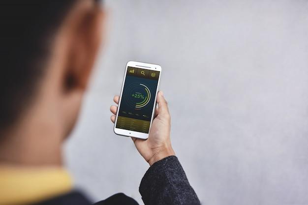 Технология в финансах и бизнес маркетинг концепции. графики и диаграммы отображаются на экране смартфона.