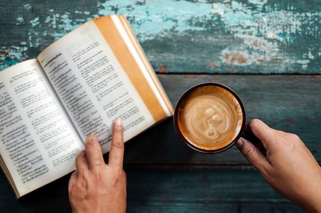 リラクゼーションコンセプト。居心地の良い場所やカフェ、トップビューで本とコーヒーを読んでリラックス