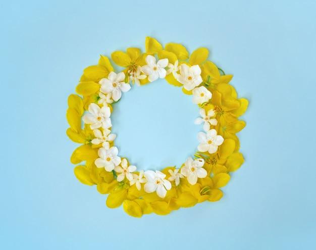 花はフレームの花輪の周りにある。