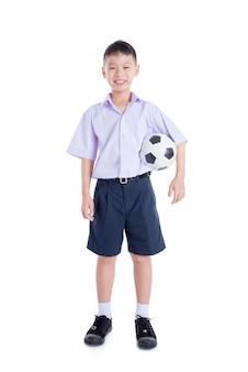 Молодой азиатский студент с мячом на белом фоне