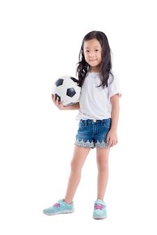 アジアの女の子が白い背景の上にボールと笑顔を保持