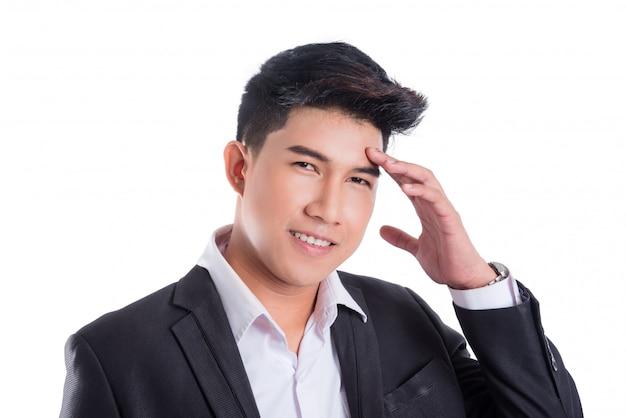 白い背景で隔離のスーツと笑みを浮かべてアジアビジネス男の肖像