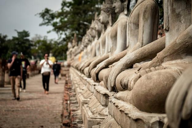 アユタヤ、タイの寺院のアジアの歴史の中で古い石造りの美しい画像仏