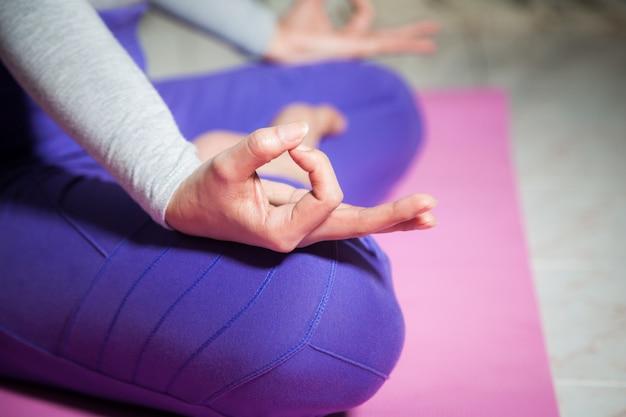 手の女性ヨガ瞑想を閉じる