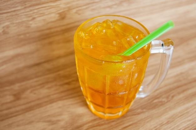 Стакан хризантемы чайный напиток со льдом в ресторане