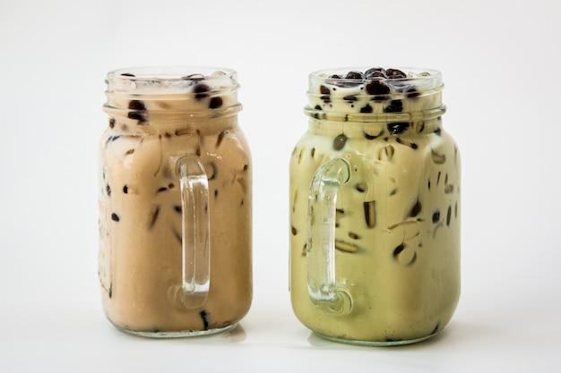 台湾アイスミルクティーと白い背景の上の牛乳と泡ボバと台湾の緑茶