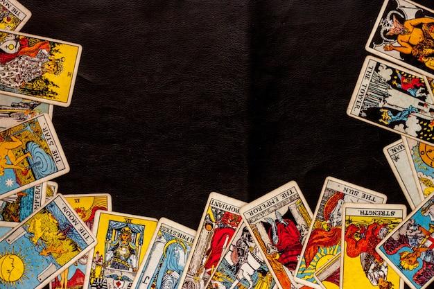 黒の背景に占星術のタロットカード