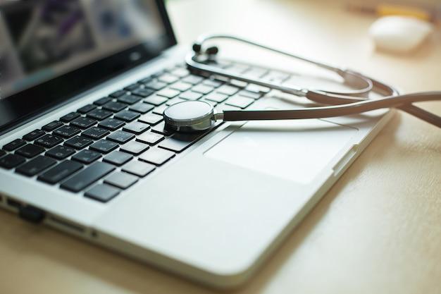 ラップトップに置かれた医療用ヘッドフォン
