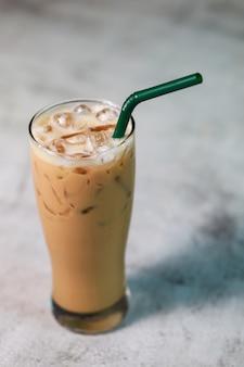 テーブルの上に置かれたガラスのラテアイスコーヒー新鮮な飲み物