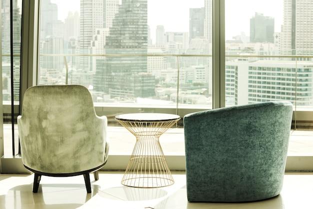 大都市の景色を眺めることができる座席のある建物内部