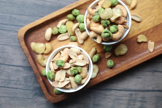 ピーナッツ、ドライカシューナッツ、その他の多くのナッツ、および栄養価の高いスナック。