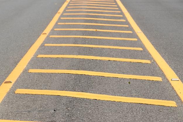 アスファルトの上の黄色い色の道路線