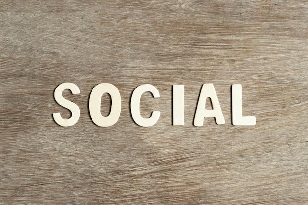 ウッドフラットに単語「社会」の木製文字を置く