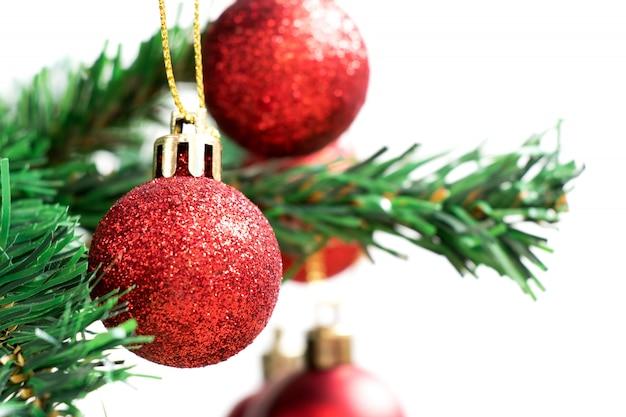 Красный шар украшения на зеленой елке