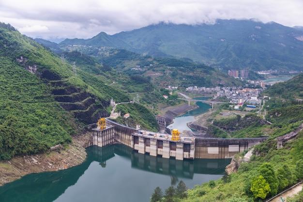 ダムの壁と周囲の風景。