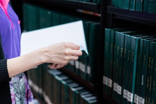 図書館の部屋、教育理念で本を読む女性。