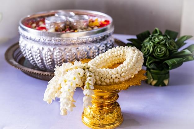 ジャスミンと大人の祝福式、タイのソンクラーン祭りのためのブロー水のバラ。
