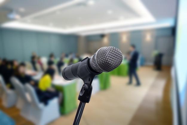 Микрофон над запачканной концепцией комнаты тренерского обучения встречи бизнес-форума или конференции тренировки, запачканной предпосылкой.