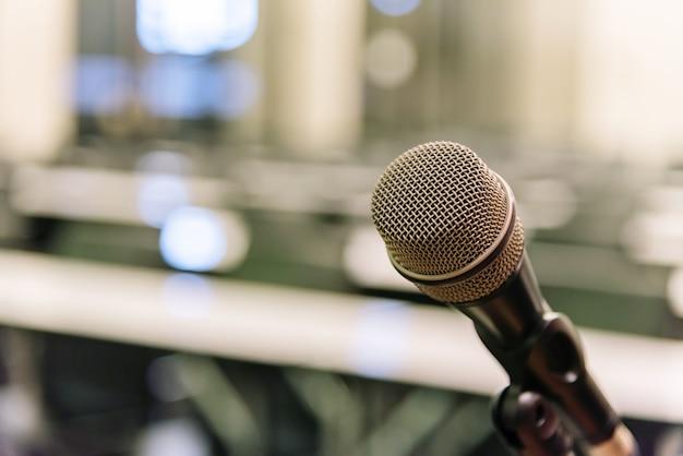 Микрофон на размытом бизнес-форуме встреча
