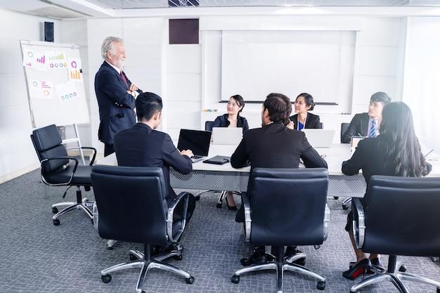 成功したビジネスマンのグループ。会社のビジネス利益についての議論。
