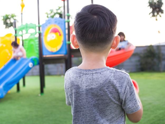 Мальчик потеет и измученный от игры на детской площадке
